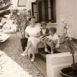 Betta met kinderen in tuin