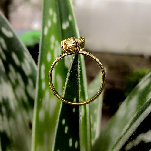 טבעת מצופה זהב משובצת אבן פיריט גולמית
