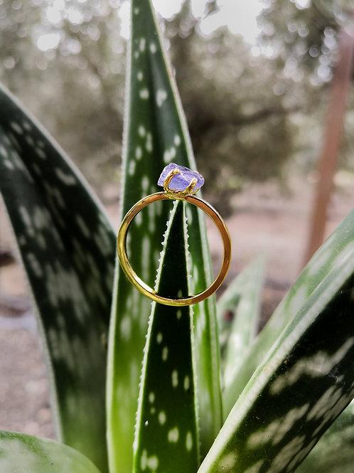טבעת מצופה זהב משובצת אבן טנזנייט גולמית