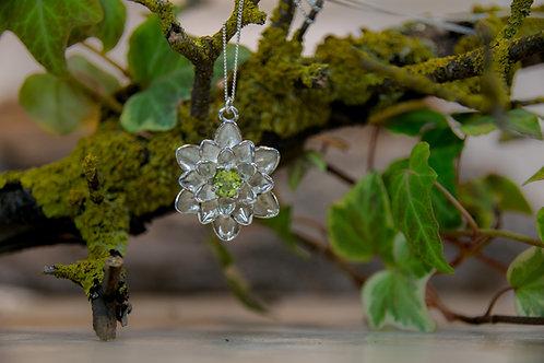 תליון כסף פרח הלוטוס משובץ אבן פרידות - Peridot
