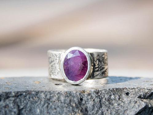 טבעת כסף רחבה מעוטרת עלים משובצת רובי, אבן אודם