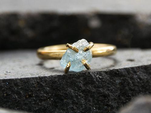 טבעת מצופה זהב משובצת אבן אקוואמארין גולמית