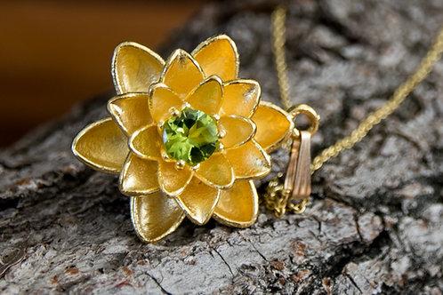 תליון ציפוי זהב פרח הלוטוס משובץ אבן פרידות - Peridot