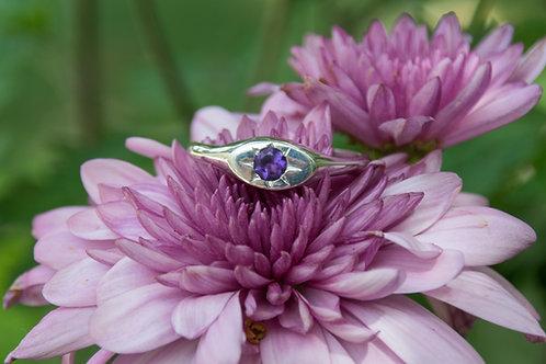 טבעת חותם אובלית משובצת אבן אמסטיסט