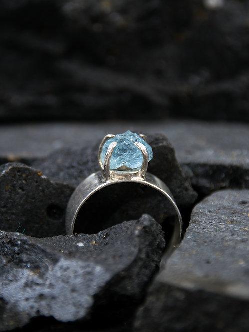 טבעת כסף רחבה משובצת אבן אקוואמארין גולמית