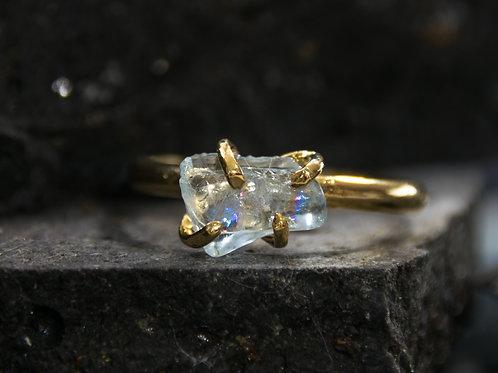 טבעת מצופה זהב משובצת אבן אקוואמארין גולמית, חלוק נחל קריסטלי