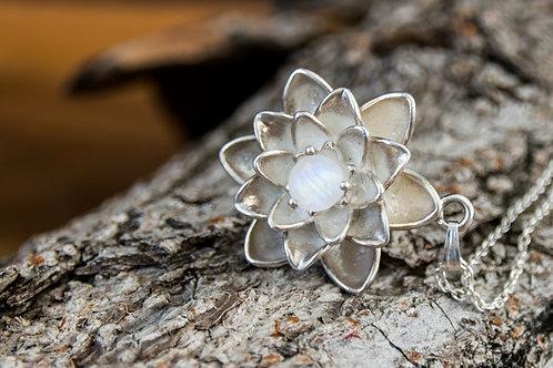 תליון כסף פרח הלוטוס משובץ ריינבאו מונסטון - Rainbow moonstone