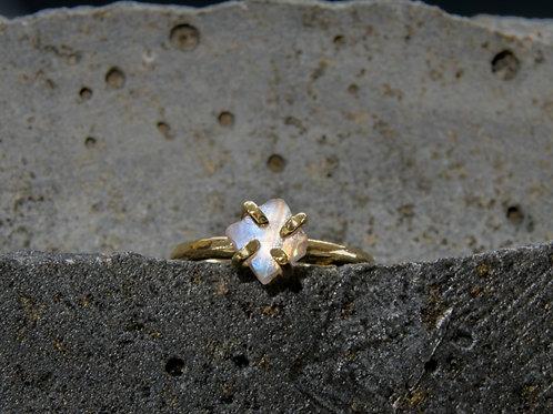 טבעת מצופה זהב משובצת אבן ריינבאו מונסטון גולמית