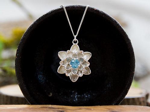 תליון כסף פרח הלוטוס משובץ טופז כחול - Blue topaz