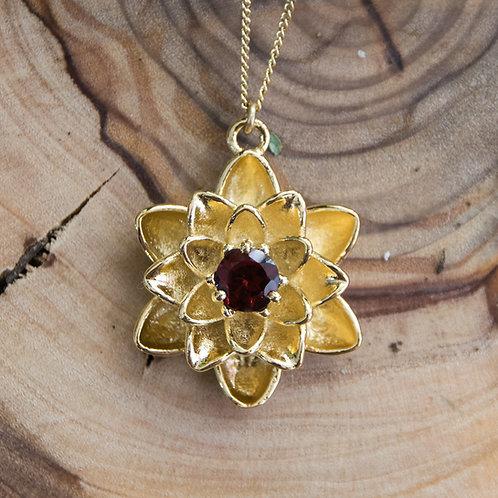 תליון ציפוי זהב פרח הלוטוס משובץ אבן גרנט - Garnet