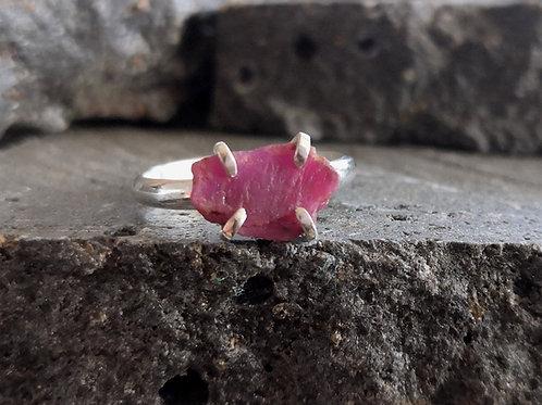 טבעת כסף משובצת אבן רובי גולמית