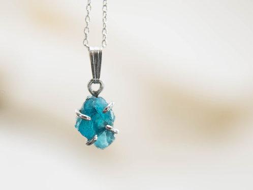 תליון כסף עדין משובץ אבן אפטייט גולמית, אבן כחולה