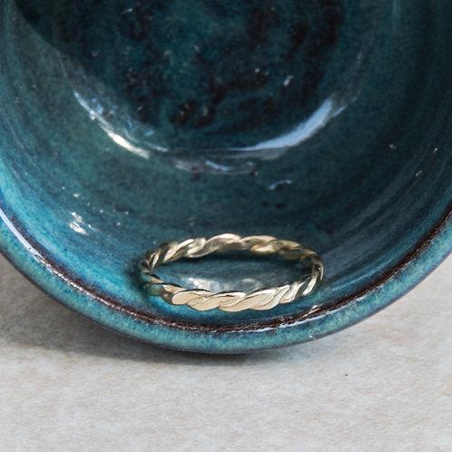 טבעת מצופה זהב עדינה עם חוטים מלופפים בעבודת יד