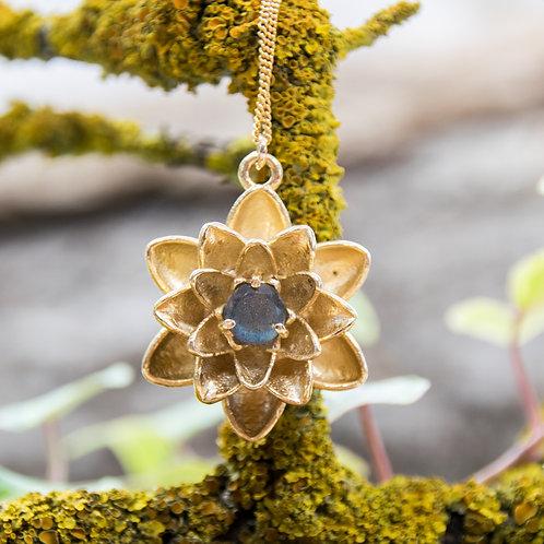 תליון ציפוי זהב פרח הלוטוס משובץ אבן לברדורייט - Labradorite
