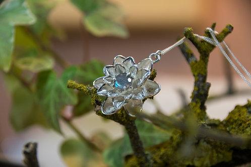 תליון כסף פרח הלוטוס משובץ אבן לברדורייט - Labradorite