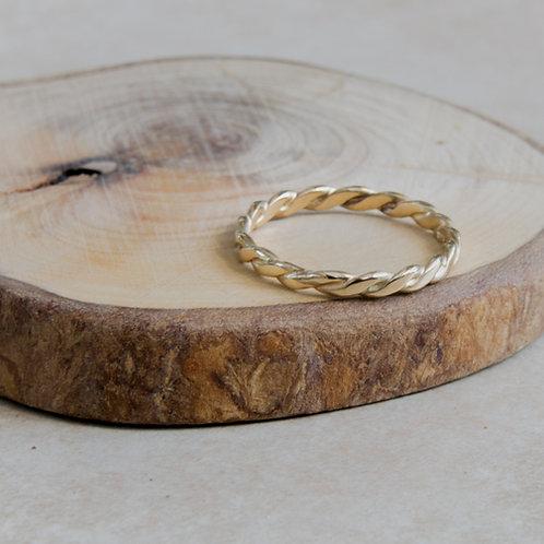 טבעת זהב 14K עדינה עם חוטים מלופפים בעבודת יד