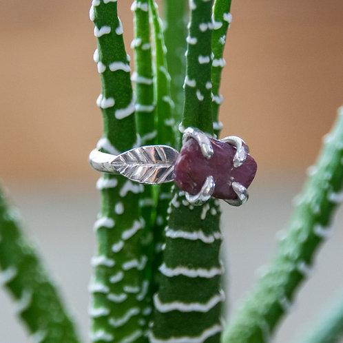 טבעת כסף מעוטרת עלים משובצת רובי גולמית