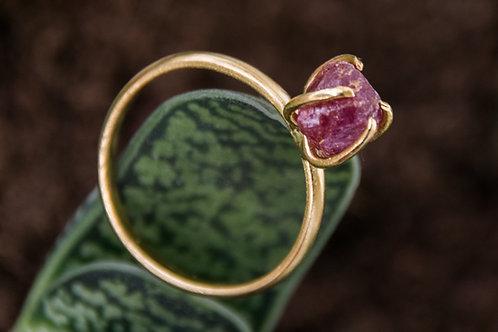 טבעת מצופה זהב משובצת אבן רובי גולמית