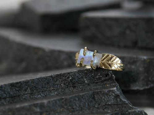טבעת מעוטרת עלים עם ריינבאו מונסטון גולמית