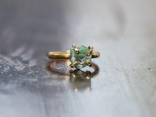 טבעת מצופה זהב משובצת אבן אמרלד גולמית