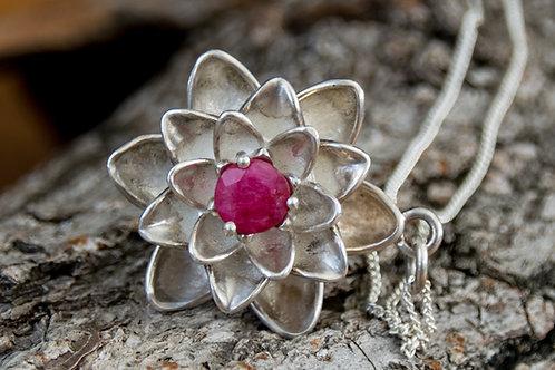 תליון כסף פרח הלוטוס משובץ אבן רובי - Ruby