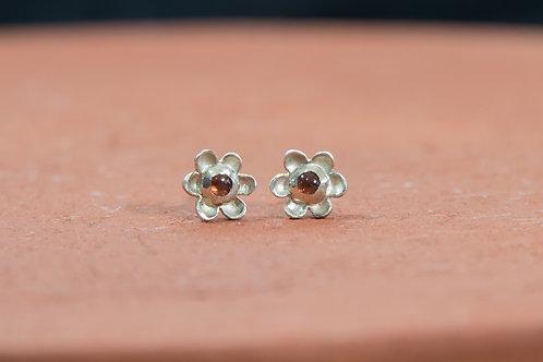 עגילי כסף צמודים פרח קטן ועדין, אבן חן גארנט