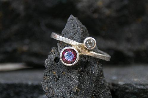 טבעת כסף עבודת יד, מעוטרת צינורות משובצים גארנט וטופז כחול