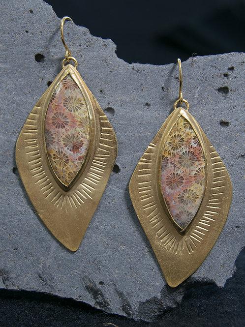 עגילים תלויים ציפוי זהב משובצים קורל מאובן