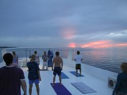 йога на серф яхте