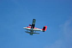 самолет в воздухе над Мальдивами