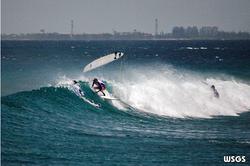 серфер на волне на Мальдивах