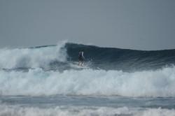 серфер на мальдивской волне