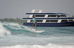 серфинг на фоне серф яхты