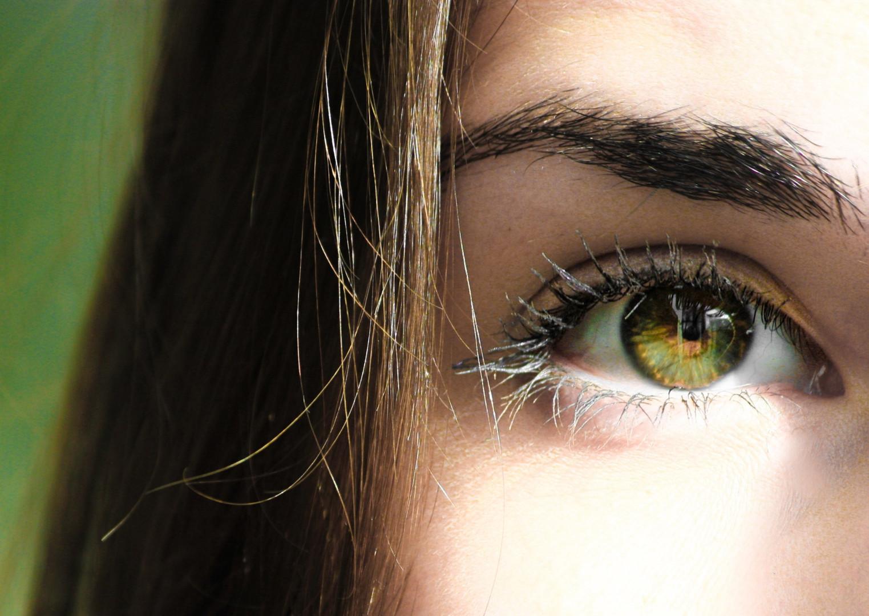 selective-focus-half-face-closeup-photog