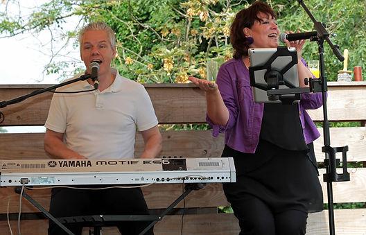 Duo 2FeelGood, duo voor diner, receptie of feestje. Speelt sfeervolle muziek van o.a. Fleetwood Mac, Queen, Linda Ronstadt, Margriet Eshuys