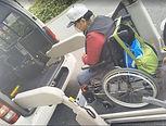 台湾人介護旅行写真ハイエースに乗せる.jpg