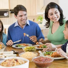 Comer en familia fortalece nuestros lazos.