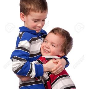 Pasos para fortalecer la relación de hermanos.