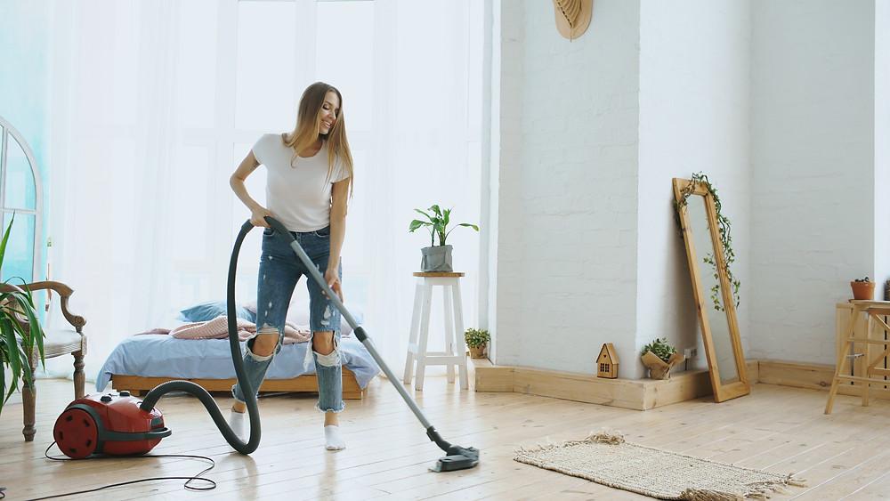 Stofzuig je parketvloer wekelijks, zo krijgen vuil en stof geen kans om schade aan te richten!