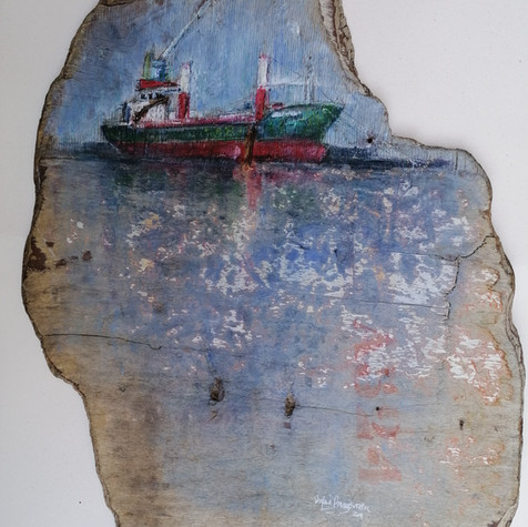 Grand cargo rouge et vert sur bois flotté