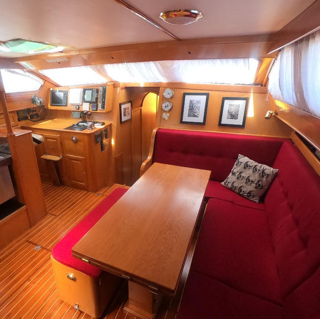 SPACIOUS AND COMFORTABLE SALOON AND GALLEY