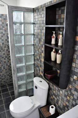 Dusch och WC med förvaringshyllor