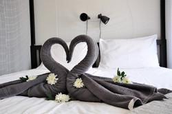 Handdukssvanar i sängen