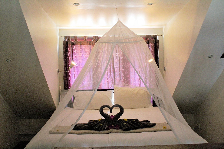 Säng, fördragna gardiner