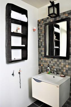 Handfat med spegel och  trähyllor