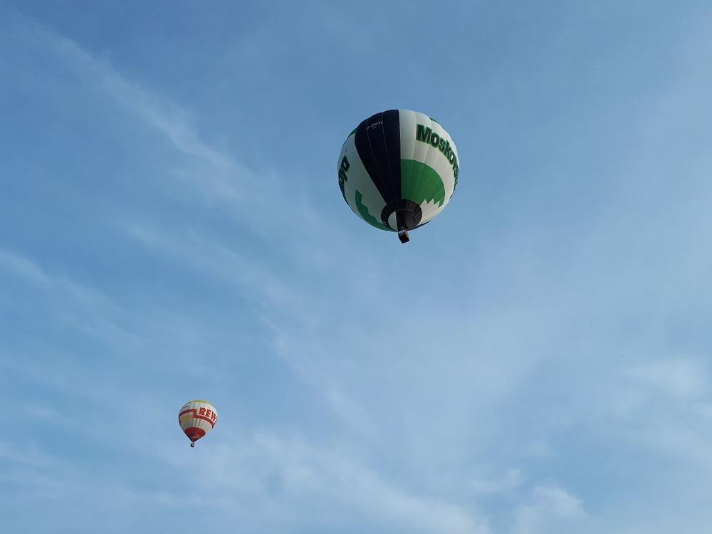 Zwei Heißluftballone hoch über dem Münsterland