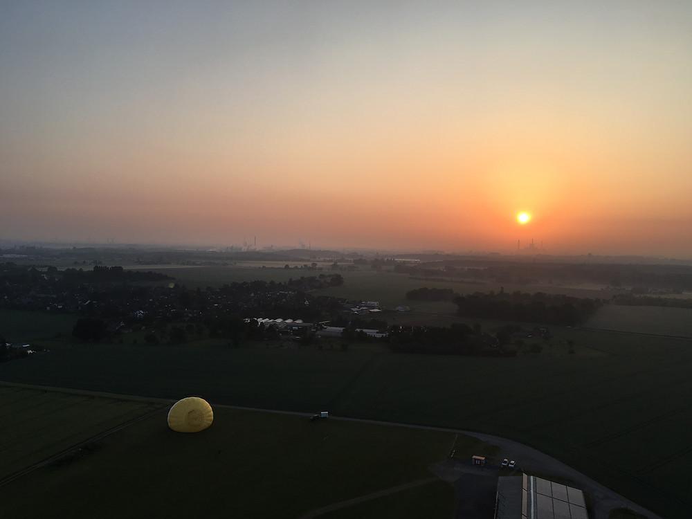 Sonnenaufgang über dem Ruhrgebiet aus dem Heißluftballon
