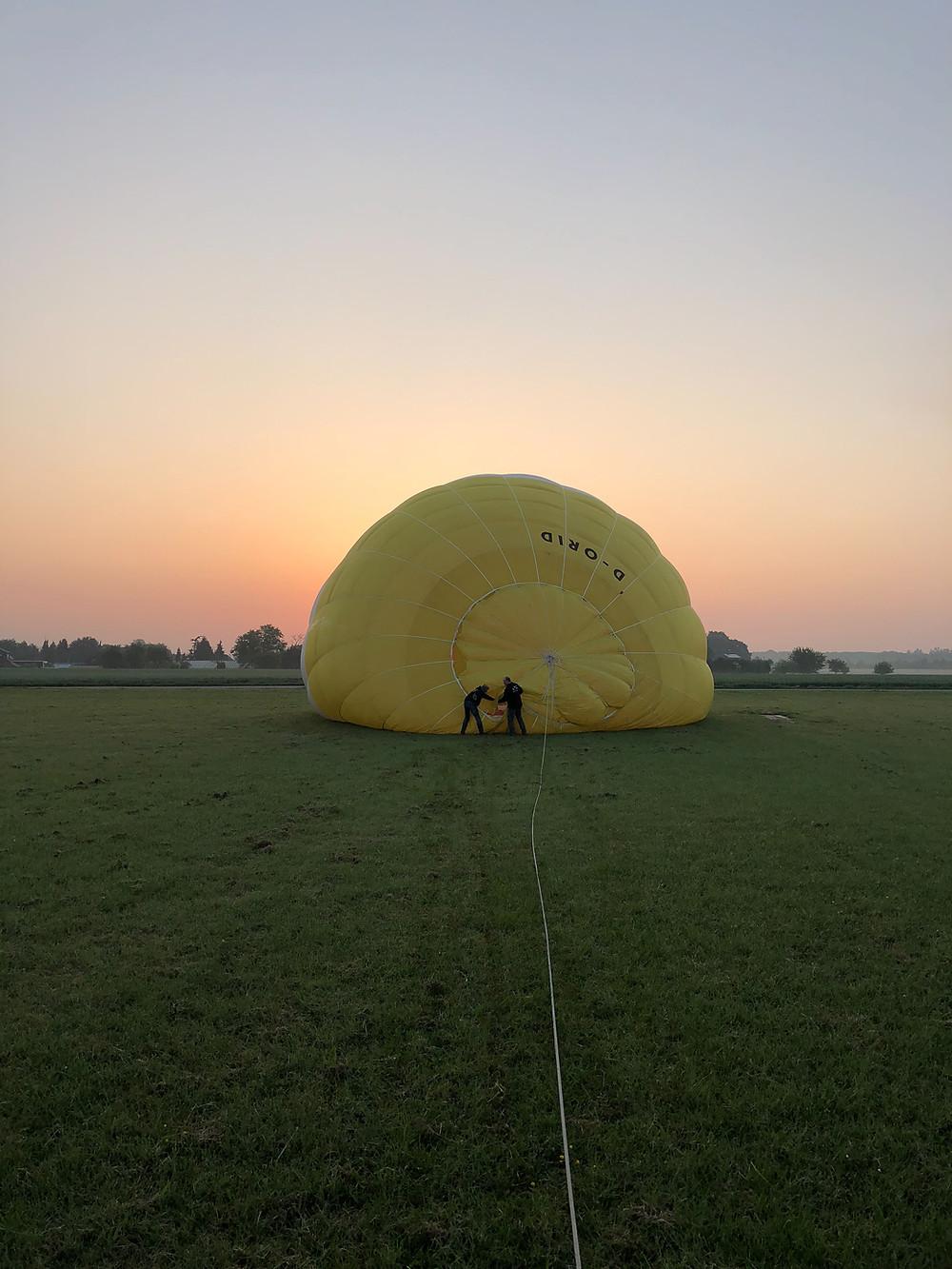 Startvorbereitungen des Heißluftballons im Sonnenaufgang, die Himmelsriesen am Start! :-)