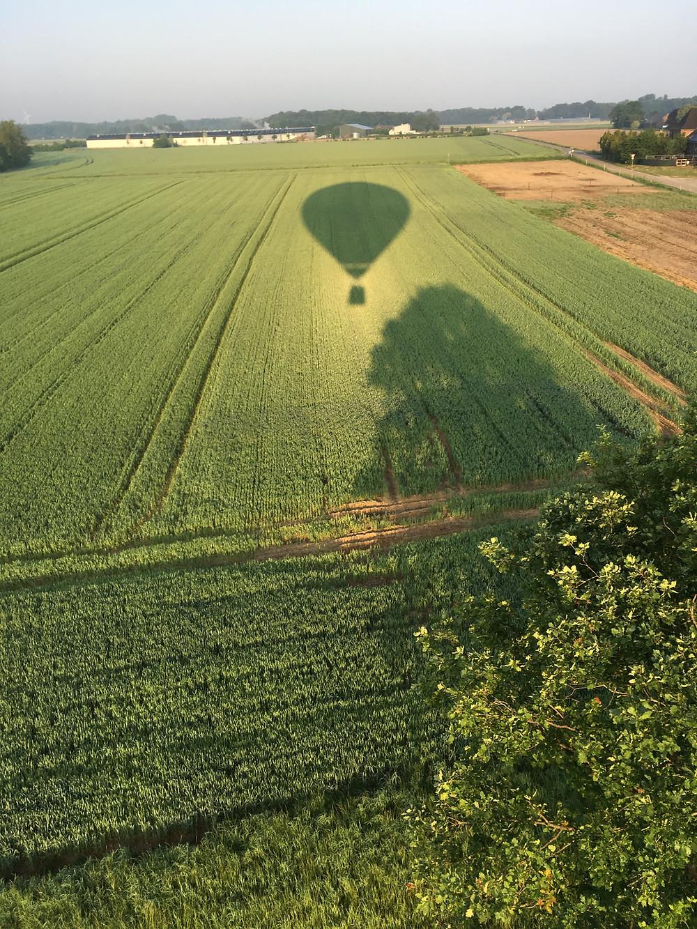 Landung des Heißluftballons auf der nahenden Strasse