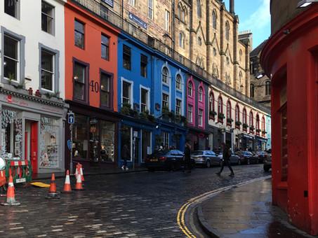 Edimburgo. Un viaggio tra pioggia fine, tè, tartan, colori, illusioni e realtà.